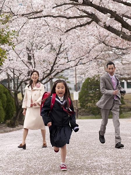 桜の中を猛ダッシュ